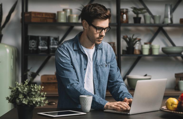 Kit-ul de supravietuire al antreprenorului: tool-uri esentiale pentru munca de acasa